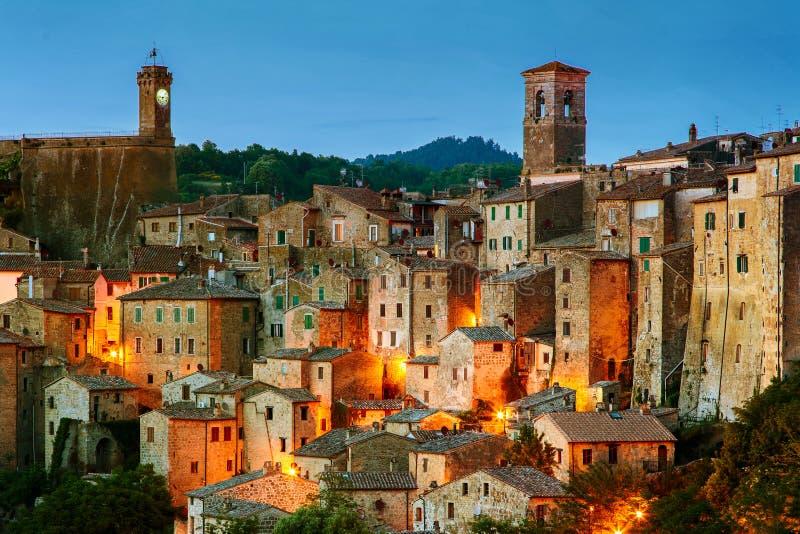 Sorano - città del tufo in Toscana L'Italia fotografia stock