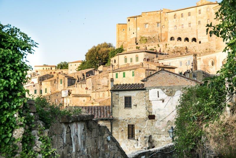Sorano, une ville construite sur une roche de tuf, est l'un des villages les plus beaux en Italie photo stock