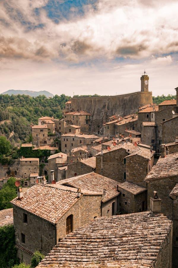 Sorano, une ville construite sur une roche de tuf, est un de la plupart de beautifu photo libre de droits