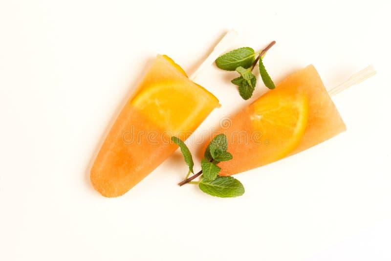 Sorbet orange fait maison avec les tranches oranges à l'intérieur et la menthe fraîche photographie stock libre de droits