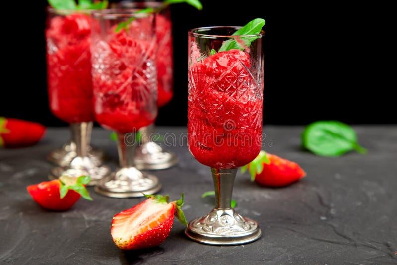 Sorbet régénérateur de fraise d'été, boisson de granita de neige fondue en verres servants photos libres de droits