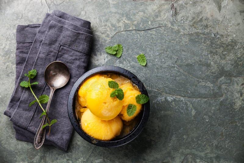 Sorbetto del gelato del mango con le foglie di menta fotografia stock