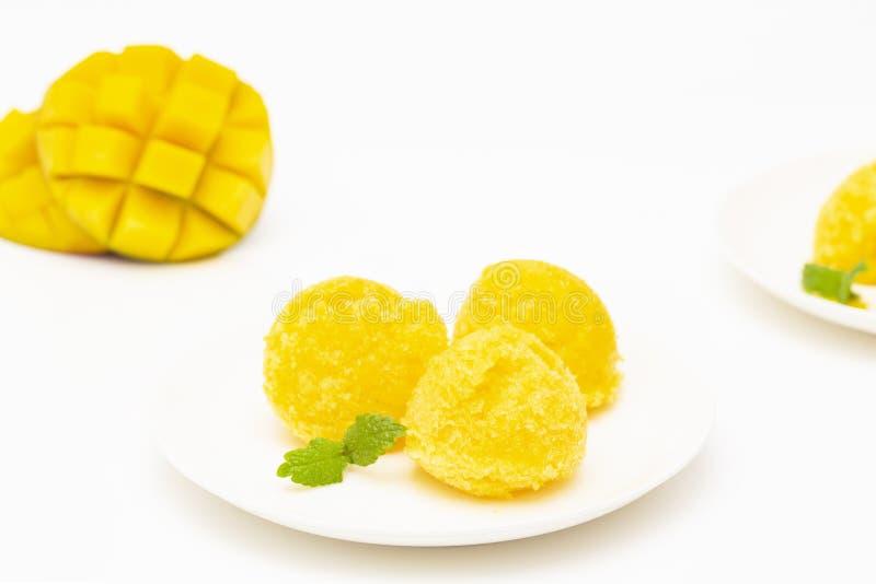 Sorbetto del mango, dessert di estate decorato con le foglie di menta immagini stock