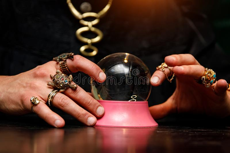 Sorcerer använder en kristallkula för att förutsäga framtiden arkivfoto