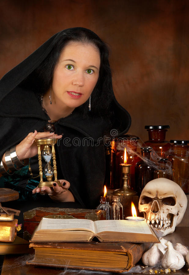 Sorceress e hourglass imagem de stock royalty free
