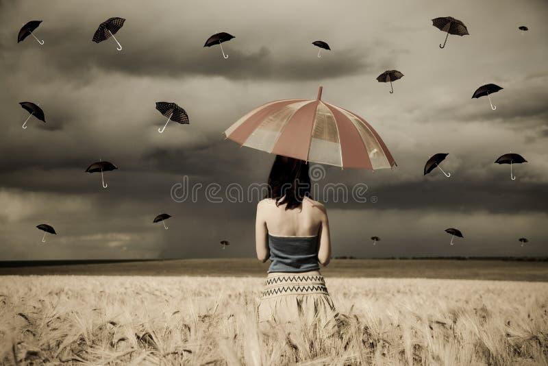 Sorceress novo no campo de trigo com o guarda-chuva no ra