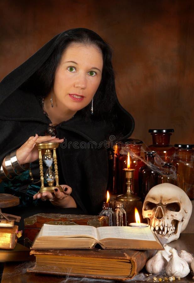 Sorceress und Hourglass lizenzfreies stockbild