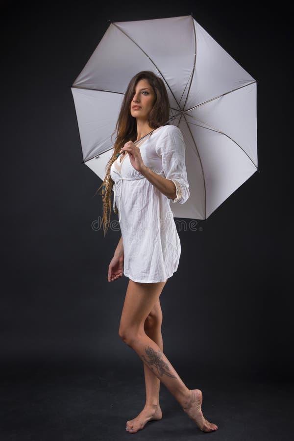 Sorcière blanche avec le parapluie blanc photographie stock libre de droits