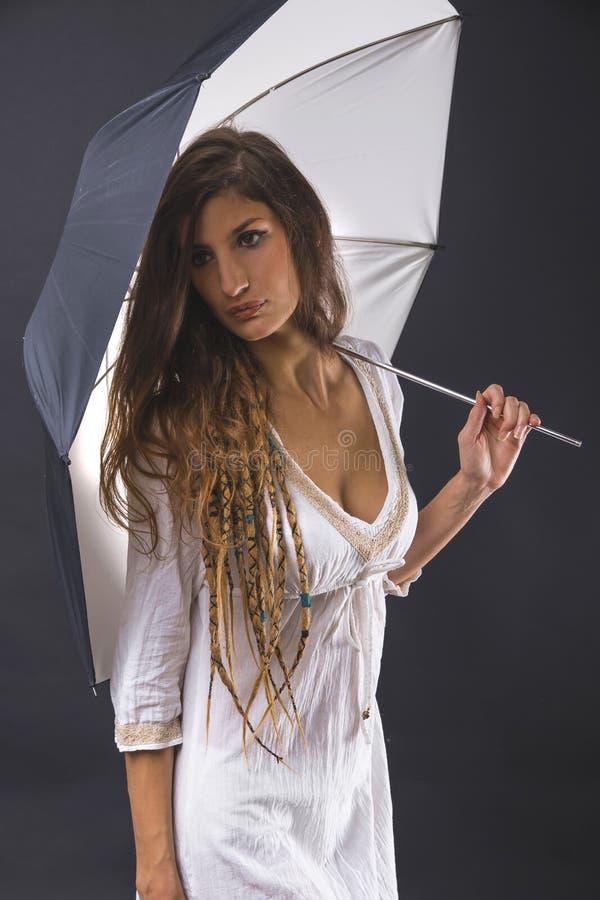 Sorcière blanche sous le parapluie images stock