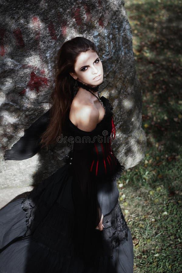 Download Sorcière De Halloween Dans Une Belle Jeune Femme De Forêt Foncée Dans Le Costume De Sorcières Conception D'art De Halloween Fond Image stock - Image du rougeoyer, célébration: 77157225