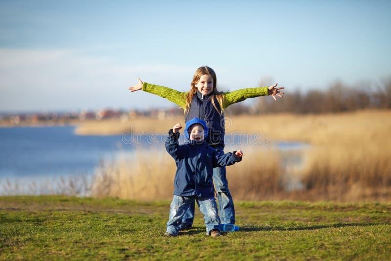 sorella e fratello felici immagine stock libera da diritti
