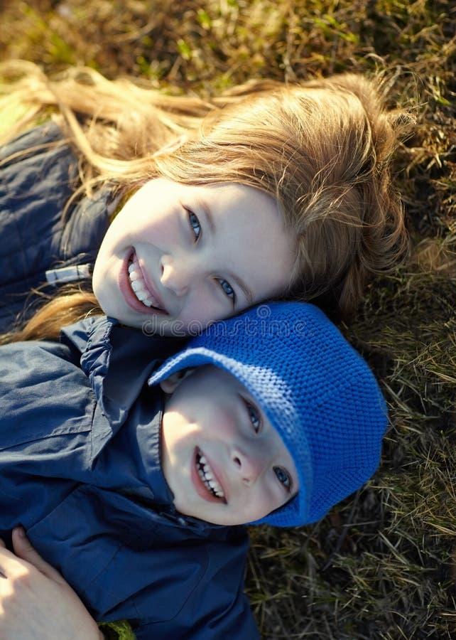 sorella e fratello felici fotografie stock libere da diritti