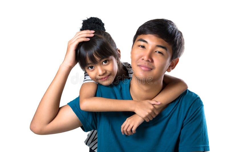 Sorella e fratello felici del primo piano giovani fotografia stock