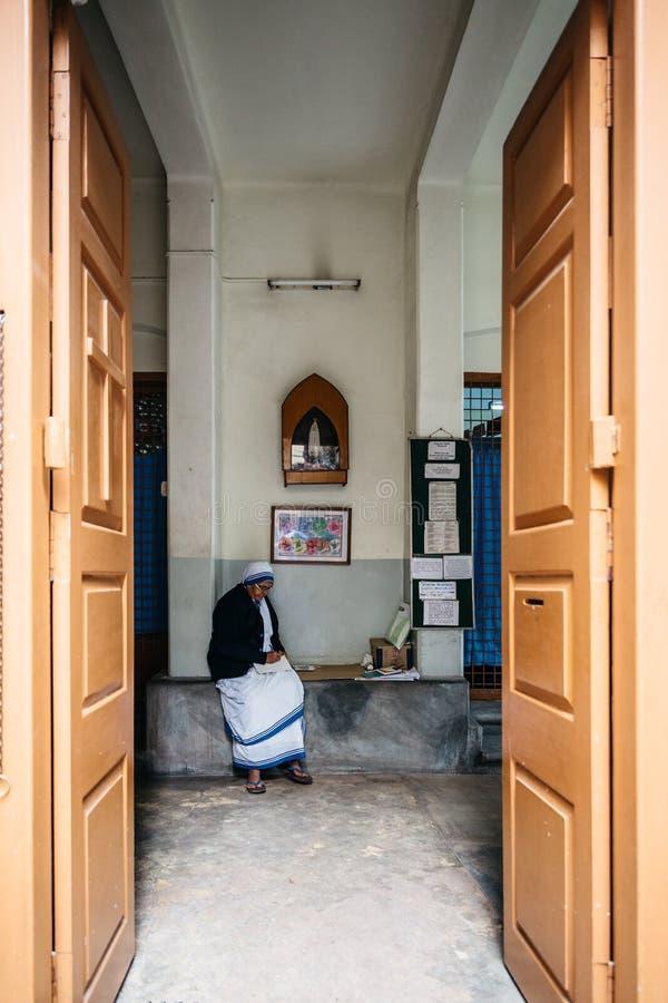 Sorella nell'entrata dei missionari di carità in Calcutta, India fotografia stock libera da diritti