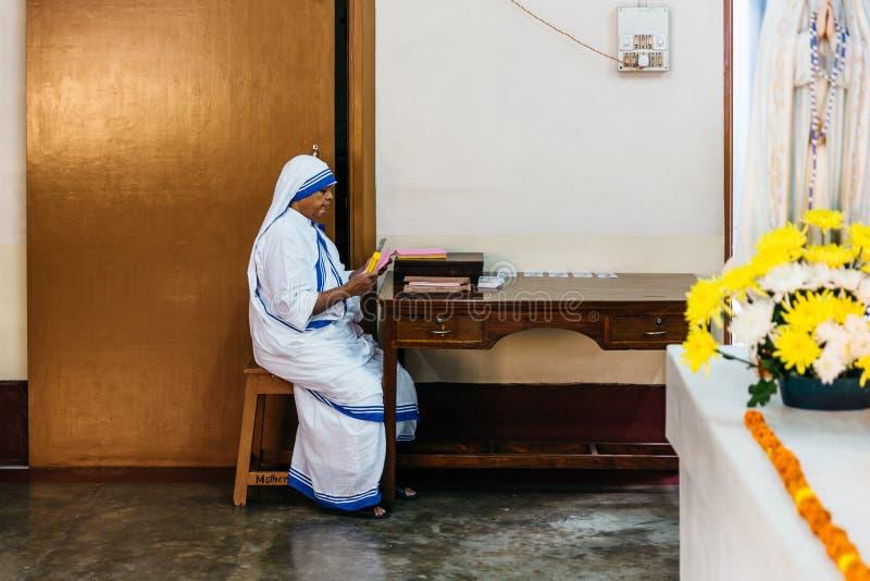 Sorella nella piccola chiesa dei missionari di carità in Calcutta, India immagine stock