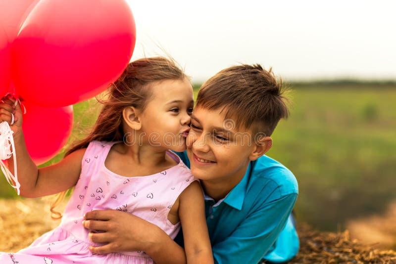 Sorella più anziana degli abbracci del fratello di estate in natura fotografie stock libere da diritti
