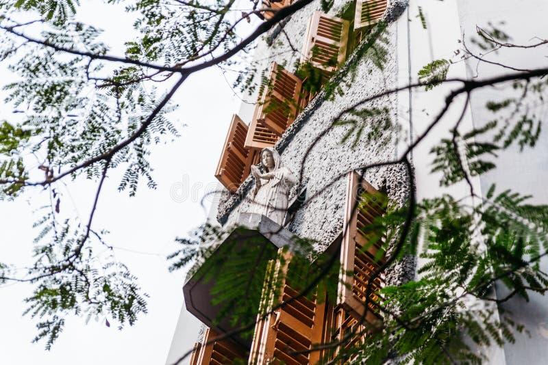 Sorella statua sulla finestra con i rami dei missionari di carità in Calcutta, India immagini stock libere da diritti