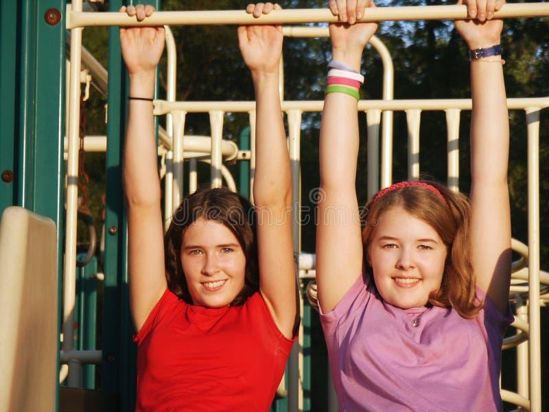 Download Sorelle al campo da giuoco fotografia stock. Immagine di playground - 211932