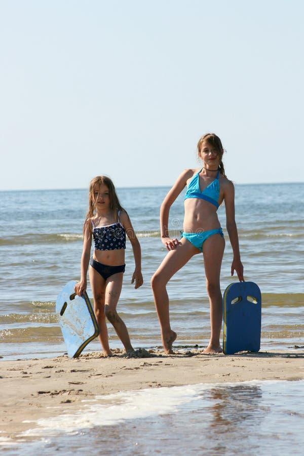 Sorelle alla spiaggia immagini stock