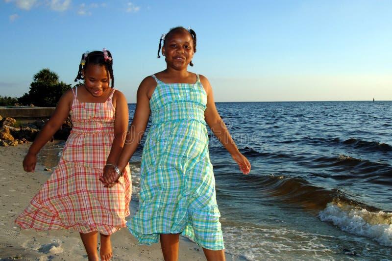 Sorelle alla spiaggia fotografia stock