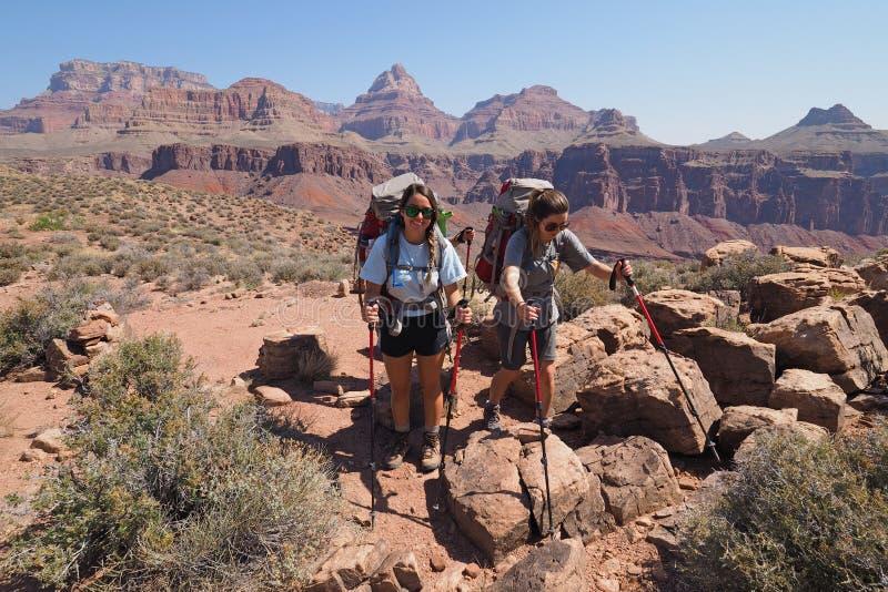 Sorelle Backpacking sulla traccia di Tonto in Grand Canyon fotografia stock