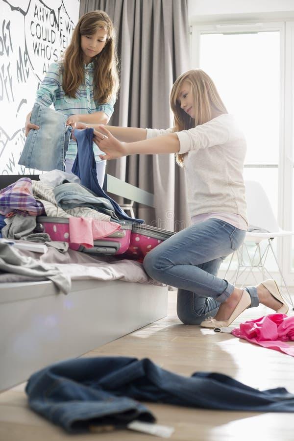 Sorelle che puliscono camera da letto fotografie stock