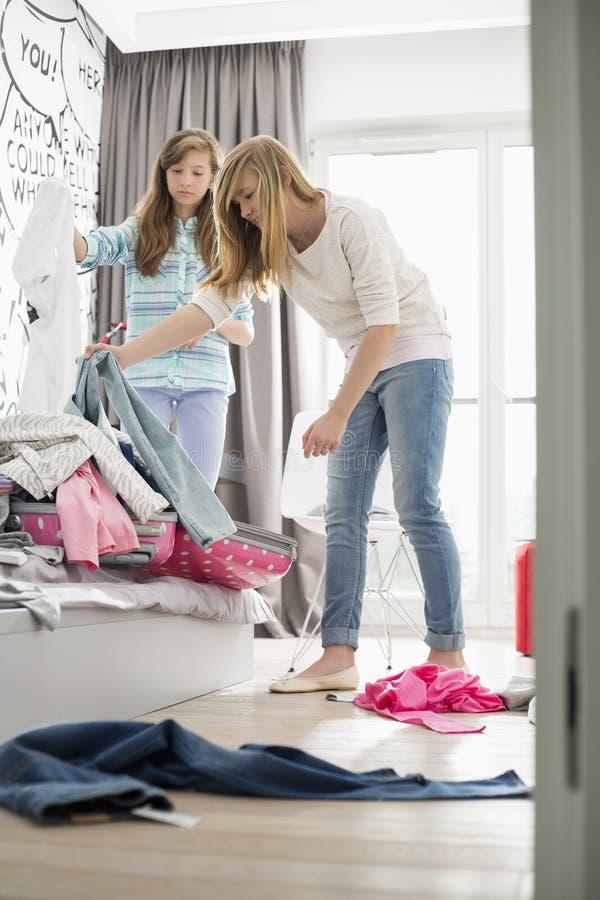 Sorelle che puliscono camera da letto immagini stock