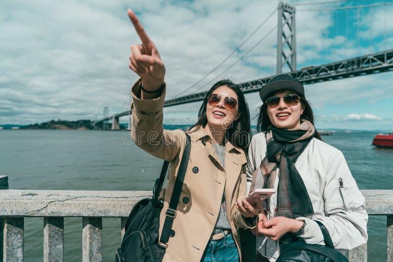 Sorelle che visitano felicemente un posto famoso fotografia stock libera da diritti