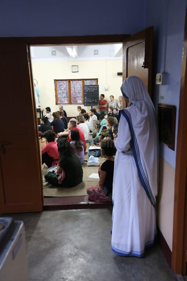 Sorelle dei missionari del ` s di Madre Teresa di carità e dei volontari a Massachussets nella cappella della madre uff fotografia stock