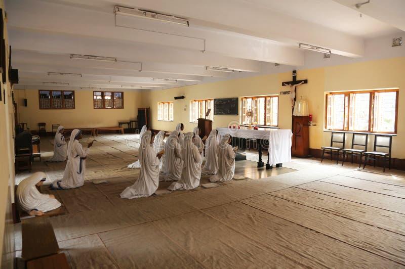 Sorelle dei missionari del ` s di Madre Teresa di carità nella preghiera nella cappella della Camera della madre, Calcutta fotografie stock libere da diritti