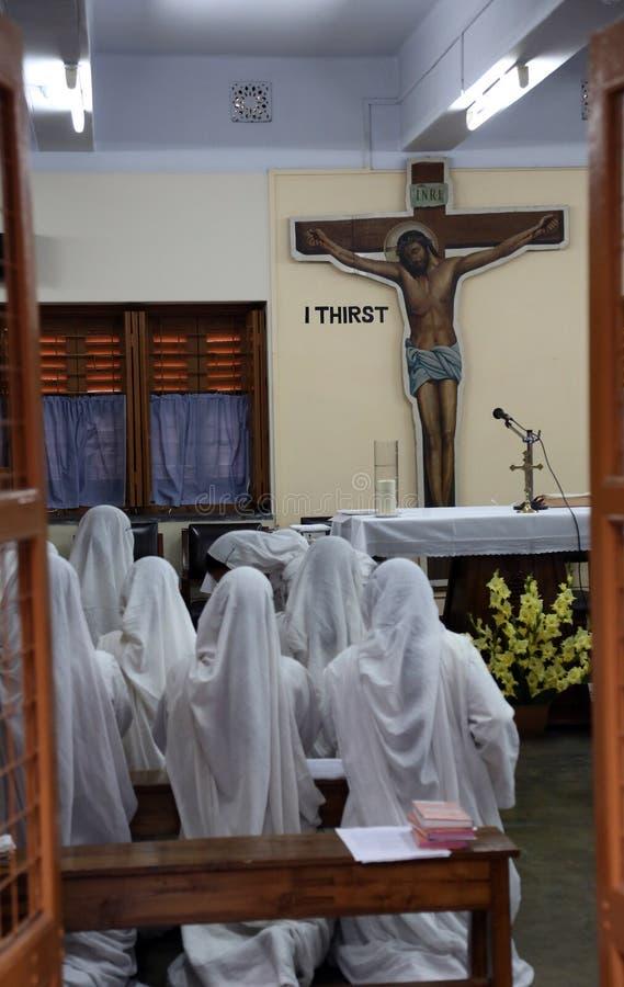 Sorelle dei missionari del ` s di Madre Teresa di carità nella preghiera nella cappella della Camera della madre, Calcutta fotografia stock