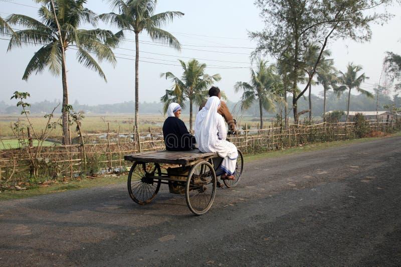 Sorelle dei missionari di carità di Madre Teresa dai pazienti di visita del risciò nel Sundarbans, il Bengala Occidentale, fotografie stock