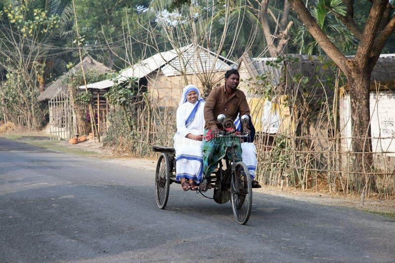 Sorelle dei missionari di carità di Madre Teresa dai pazienti di visita del risciò nel Sundarbans, il Bengala Occidentale, immagine stock libera da diritti