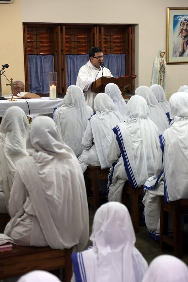 Sorelle dei missionari di carità di Madre Teresa a Massachussets nella cappella della Camera della madre, Calcutta fotografia stock