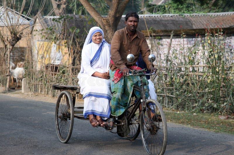 Sorelle dei missionari di carità di Madre Teresa dai pazienti di visita del risciò nel Sundarbans, il Bengala Occidentale, immagini stock libere da diritti