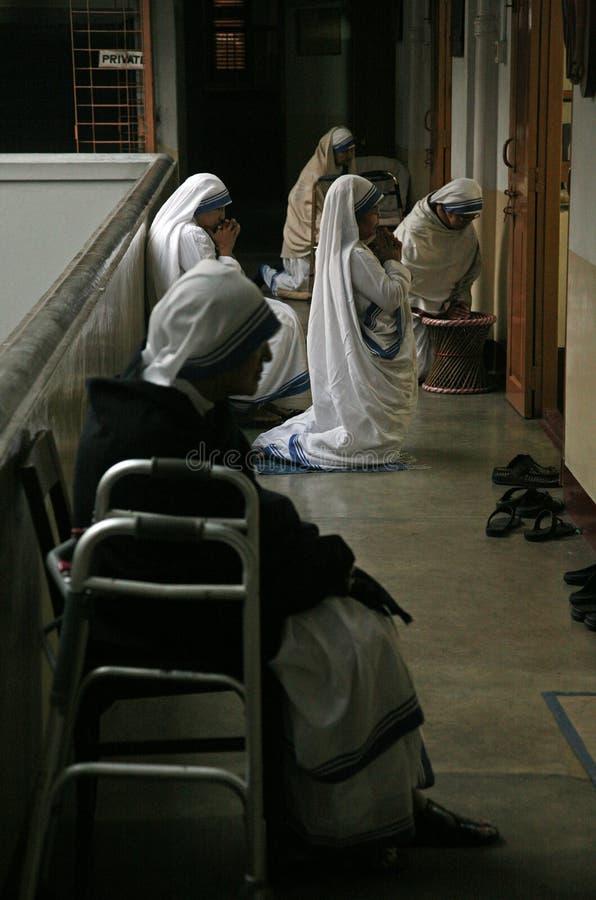 Sorelle dei missionari di carità a Massachussets nella cappella della Camera della madre, Calcutta immagini stock libere da diritti