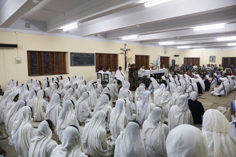 Sorelle dei missionari di carità a Massachussets nella cappella della Camera della madre, Calcutta fotografia stock libera da diritti