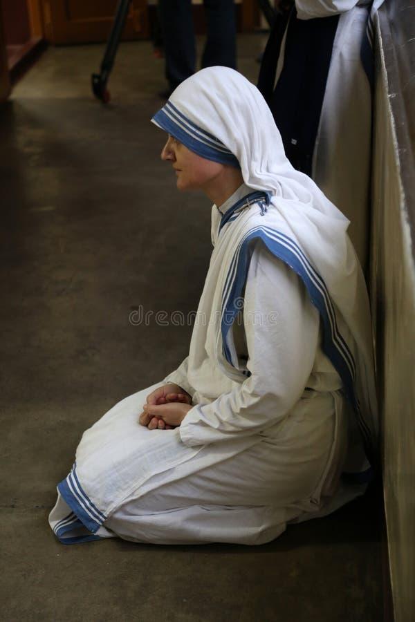 Sorelle dei missionari di carità a Massachussets nella cappella della Camera della madre, Calcutta immagine stock
