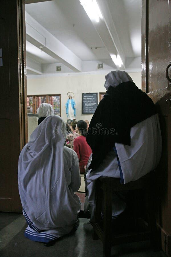 Sorelle dei missionari di carità a Massachussets nella cappella della Camera della madre, Calcutta immagine stock libera da diritti