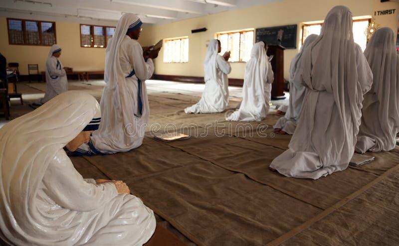 Sorelle dei missionari di carità nella preghiera nella cappella della Camera della madre, Calcutta immagini stock libere da diritti
