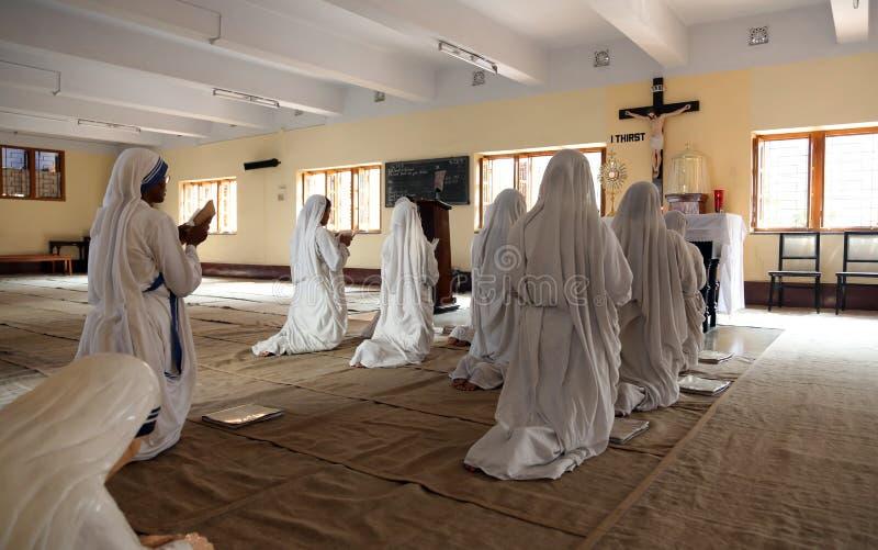 Sorelle dei missionari di carità nella preghiera nella cappella della Camera della madre, Calcutta fotografia stock libera da diritti