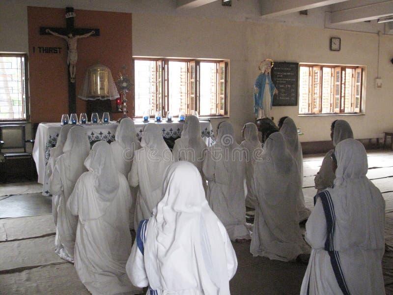 Sorelle dei missionari di Madre Teresa di carità nella preghiera immagine stock libera da diritti
