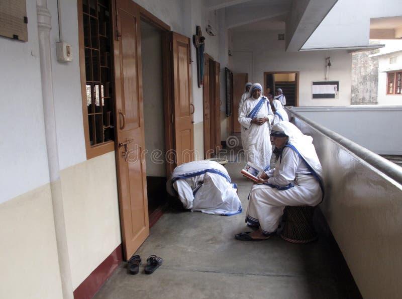 Sorelle dei missionari di Madre Teresa di carità nella preghiera fotografia stock