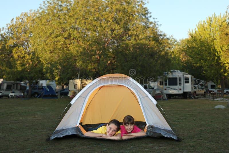 Sorelle dentro sorridere della tenda immagini stock libere da diritti