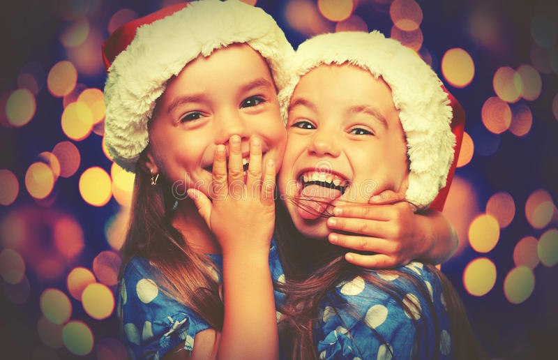 Sorelle divertenti felici dei gemelli dei bambini di Natale immagini stock libere da diritti