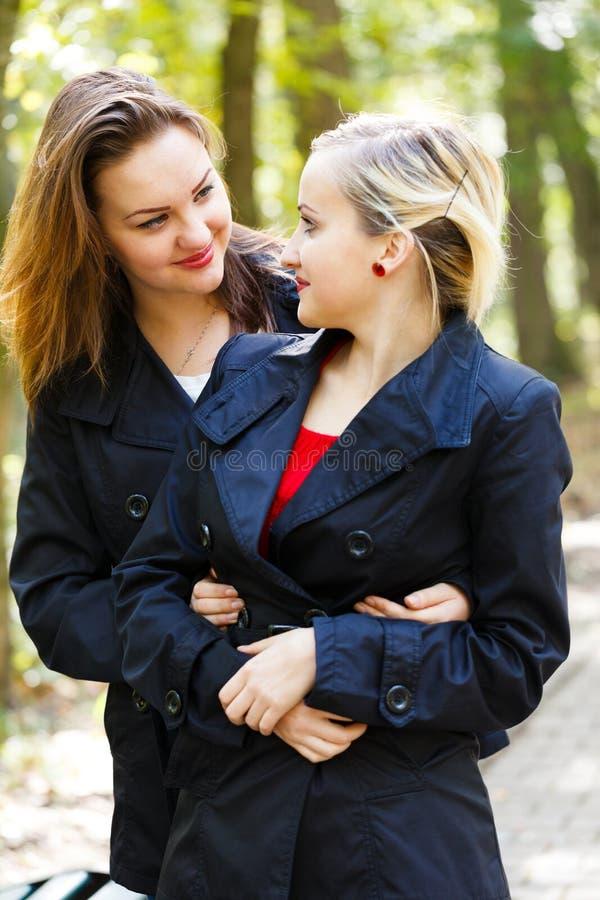 Sorelle gemellate - gemelli fraterni immagini stock libere da diritti