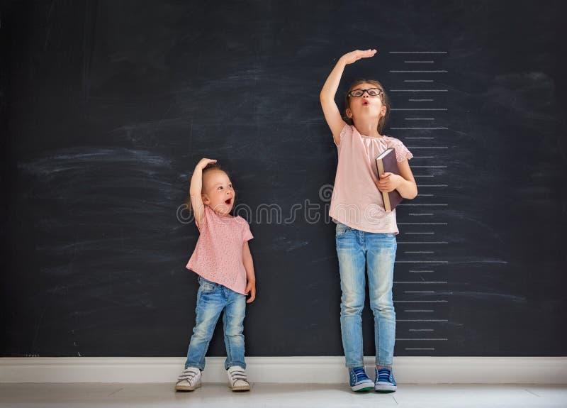 Sorelle gioco insieme fotografia stock