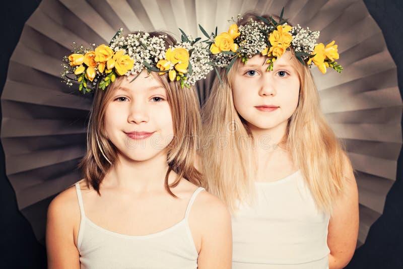 Sorelle sorridenti, ritratto con i fiori immagine stock libera da diritti