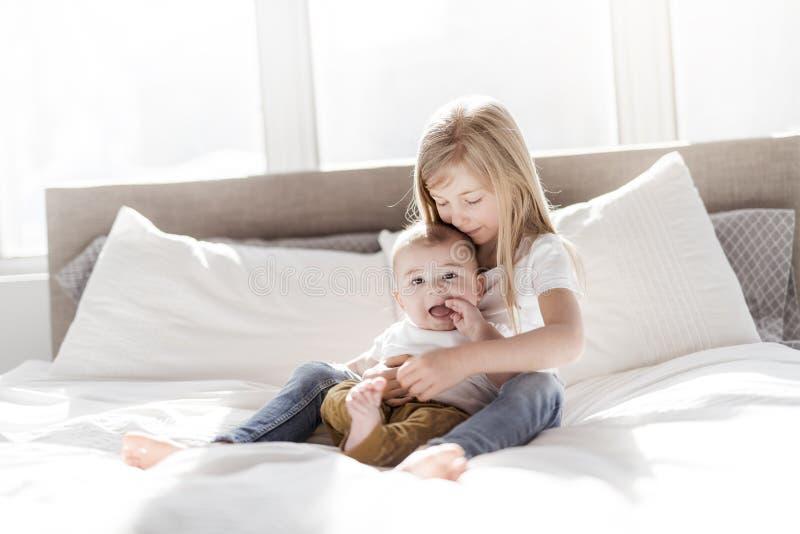 Sorellina con suo fratello del bambino Famiglia del bambino del bambino con i bambini a casa fotografia stock