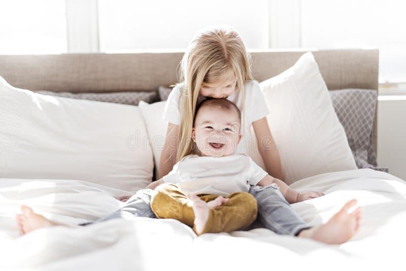 Sorellina con suo fratello del bambino Famiglia del bambino del bambino con i bambini a casa immagini stock libere da diritti